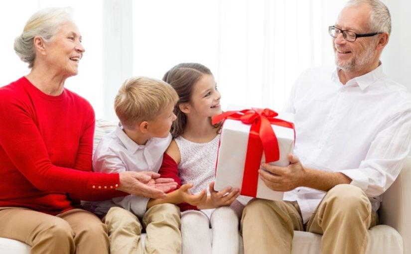 Bedsteforældre der er ved at modtage en gave