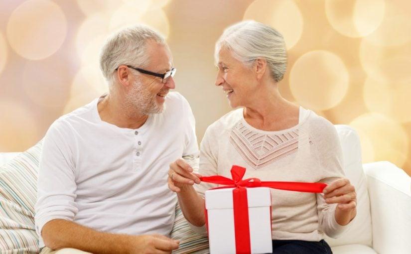 Bedsteforaeldre med gave
