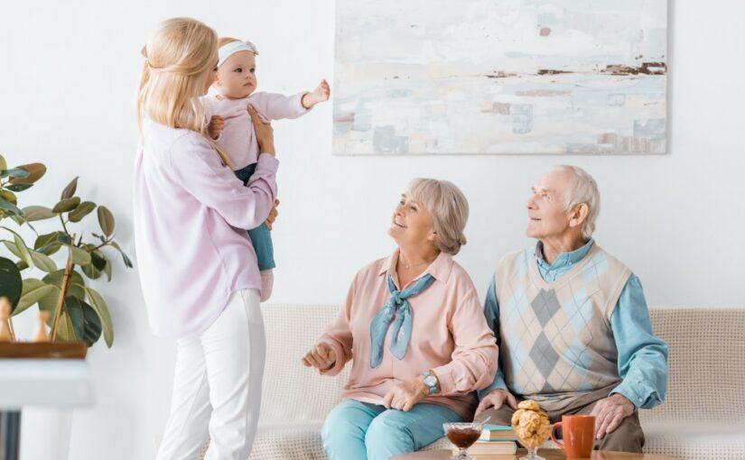 Har bedsteforældrene ofte børnebørnene på besøg? Så giv dem børnetøj og legetøj i gave
